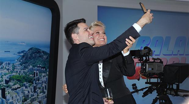 Luiz Bacci e Xuxa fazem selfie nos novos estúdios da Record TV Rio (Foto: Marcello Sá Barretto/AgNews)